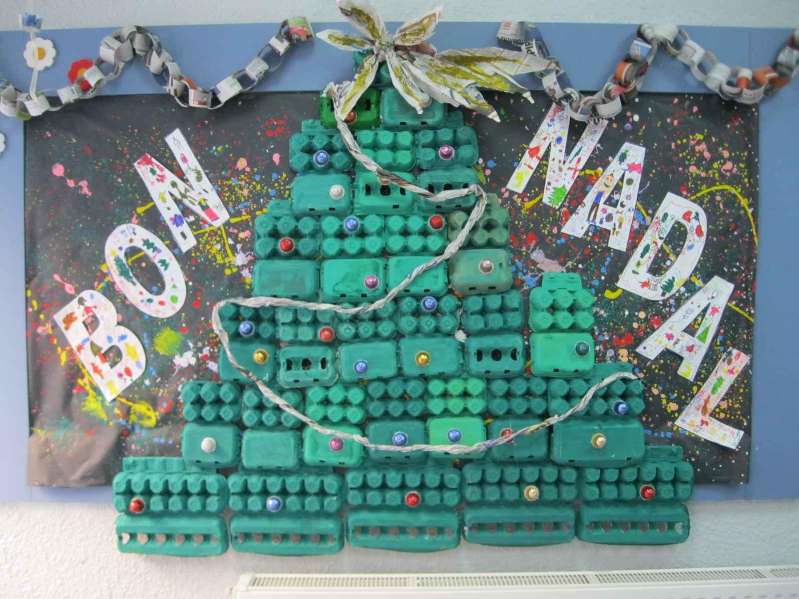 Mural con rbol de navidad con material reciclado for Arbol de navidad mural