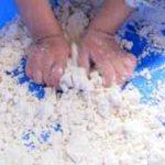 Cómo preparar masa de nubes para jugar y moldear