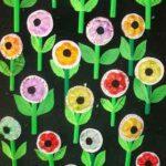Un jardín vertical de flores recicladas