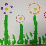 Pintando flores con estampación de botellas de plástico recicladas