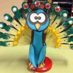 Un simpático pavo real con material reciclado