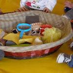 Juego de estimulación temprana: El cesto de los tesoros