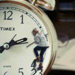 Cómo adquieren los peques el concepto de tiempo según Piaget, y actividades para facilitar su asimilación.
