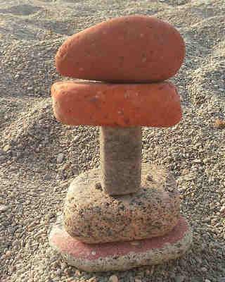 Torres con piedras en la playa