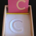 Trabajamos la grafomotricidad creando letras en la arena, en la sal o en el azúcar