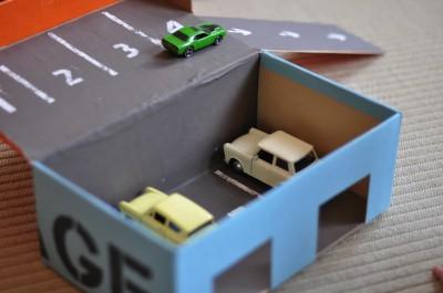 Creamos un parking y trabajar así conceptos de espacio y juego simbólico