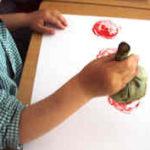 Estampamos alcachofas con pintura para hacer flores