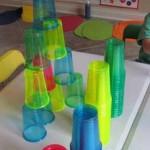 Una torre de colores para trabajar la coordinación óculo-manual y la precisión con los peques