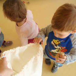 El saco mágico, una actividad de descubrimiento para estimular a los más peques