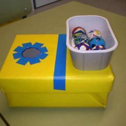 Trabajamos la psicomotricidad con la Caja Tragabolas.