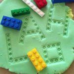 Aprendemos las letras con plastilina y piezas de construcción