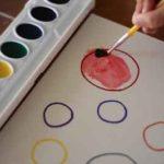 Cómo enseñar los colores y las formas geométricas con una actividad plástica