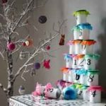 Un Calendario de Adviento con envases de yogur reciclados