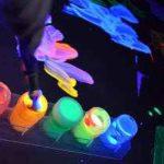 Cómo preparar acuarelas caseras fluorescentes