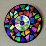 Un reloj muy brillante hecho con CDs reciclados