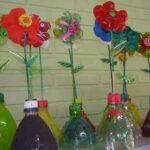 Jarrones con flores de colores reciclando botellas de plástico