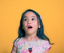 niña pronunciando