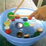 Un divertido juego para trabajar la psicomotricidad: Pescamos tapones de colores