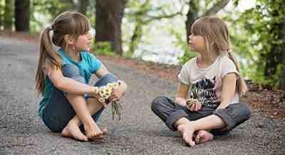 niñas hablando