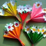 Un bonito ramo de flores con papel de colores
