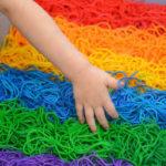 Un arcoiris sensorial para los peques