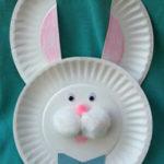Un conejo con platos de plástico