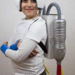 Un disfraz de astronauta hecho con material reciclado