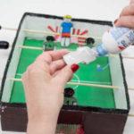 Cómo preparar un futbolín casero con material reciclado
