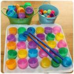 Un sencillo juego para aprender los colores y trabajar la motricidad fina con los peques.