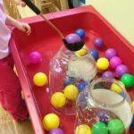 Trabajando la motricidad fina con bolas de colores